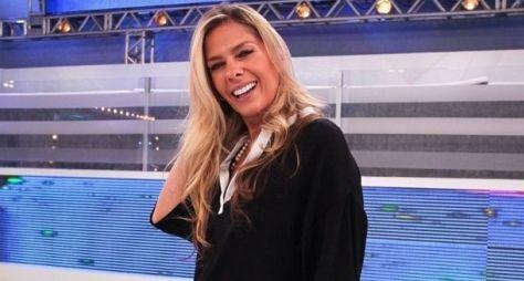 Adriane Galisteu deve apresentar Power Couple Brasil na Record TV