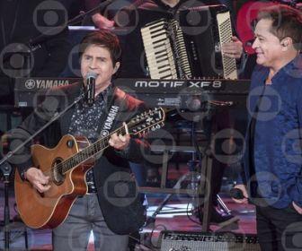 """Amizade, amor e amigos: os sertanejos se reúnem no palco do """"Altas Horas""""."""