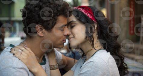 Tato beija K2, e Benê pergunta a Guto se ele é seu namorado