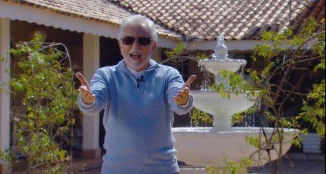 Carlos Alberto apresenta 'A Praça é Nossa' diretamente de seu sítio