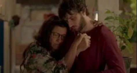 """Regina Casé e Chay Suede gravaram uma das cenas mais aguardadas de """"Amor de Mãe"""""""