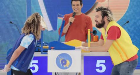 """Times de Cartolouco e Debby se enfrentam no """"Passa ou Repassa"""""""