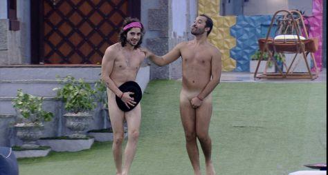 Fiuk e Gilberto pagam promessas e tomam banho pelados