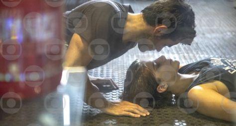 Malhação: Sonhos - Pedro vê Karina e Cobra se beijando no QG