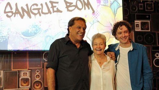 O diretor de núcleo Dennis Carvalho ao lado dos autores. Foto: Divulgação