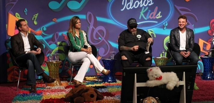 O apresentador Cássio Reis e os jurados do Ídolos Kids. Foto: Divulgação