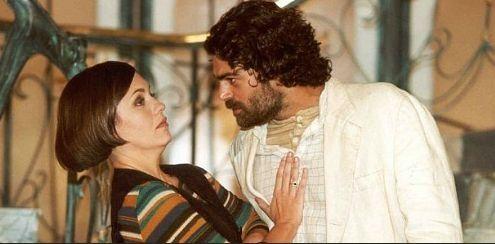 Catarina (Adriana Esteves) e Pretuchio (Eduardo Moscovis) de O Cravo e a Rosa
