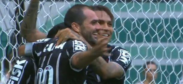 Danilo marca aos 32' do 1º Tempo e comemora com Guerreiro. Foto: Reprodução/TV Globo
