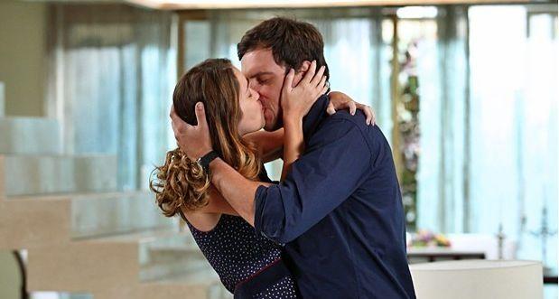 O amor fala mais alto! Laura e Caíque se beijam (Foto: Raphael Dias/TV Globo)