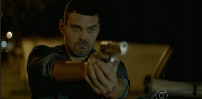 Maurílio (Carmo Dalla Vecchia) tenta atirar no Comendador. Foto: Reprodução/TV Globo