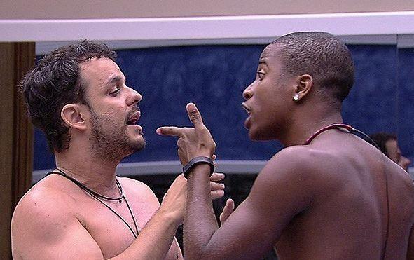 Barraco entre brothers no BBB15, com direito a dedo na cara (Foto: TV Globo)