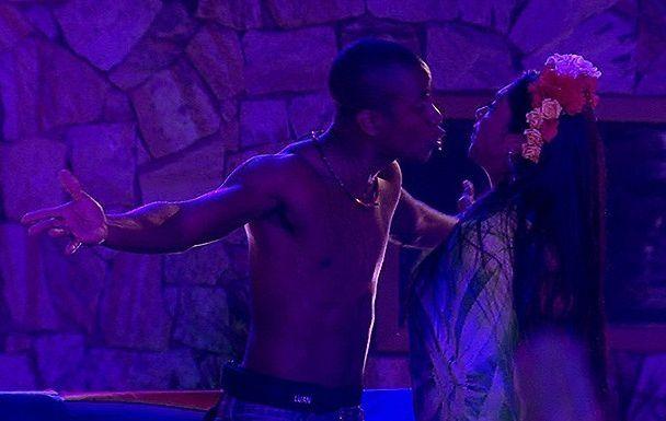 Luan grita com Amanda na pista de dança (Foto: TV Globo)