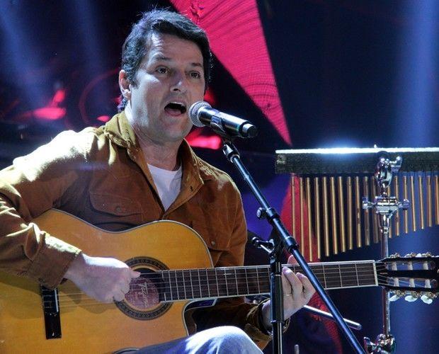 Marcelo Serrado se apresentando no Altas Horas (Foto: Marcos Mazini/GShow)