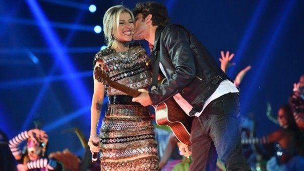 Luiza Possi e Chay Suede cantaram música de abertura do Fantástico (Foto: TV Globo)