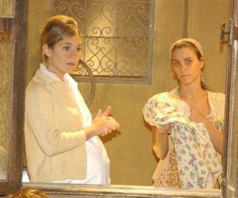 Adriana Esteves e Carol Dieckmann em cena. Foto: Globo
