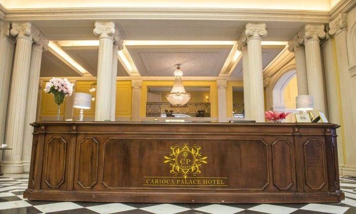 Logotipo dourado no balcão da recepção do hotel. Foto: Divulgação/TV Globo