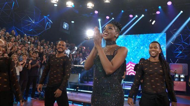 Iza canta para a plateia. Crédito: Globo/Divulgação