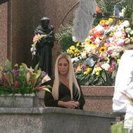 Susana Vieira grava cena da novela Duas Caras em cemitério