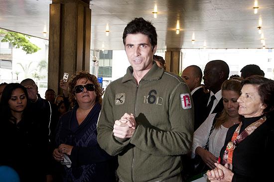 Bem disposto, Reynaldo Gianecchini deixa hospital em São Paulo